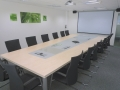 Konferenztisch mit Mediensteckdosen Platten in Sandwichbauweise Dekor Birke, Einlegeplatten Dekor Platin, 475 cm Länge, 220 /160 cm Breite