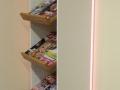 LED-Hinterleuchtetes Hängeregal mit schräggestellten Böden