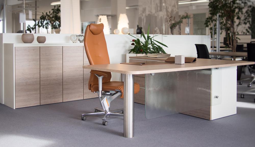 Schreibtisch mit Buerostuhl